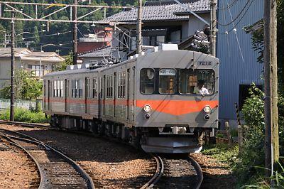 鶴来駅を出発する加賀一の宮駅行き