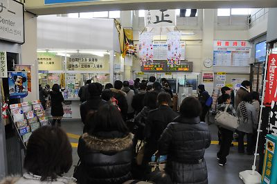 混雑する釜石駅