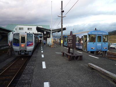 普通列車と特急あしずり