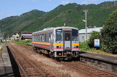 キハ120形(姫新線・久世駅)