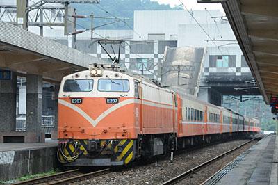 E200形電気機関車牽引の莒光号(新蘇澳駅)