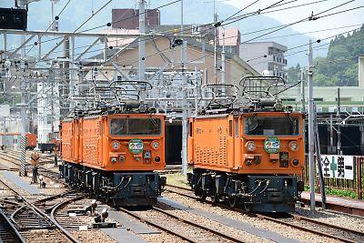 左・EDR24、EDR25 右・EDM22(黒部峡谷鉄道・宇奈月駅)
