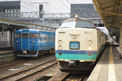 413系と特急北越(糸魚川駅)