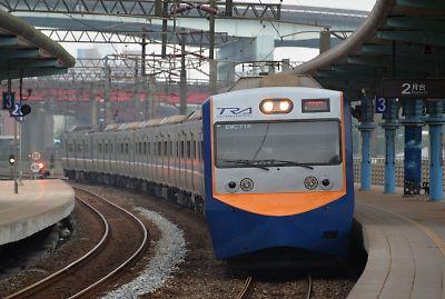 区間車(台湾・八堵駅)