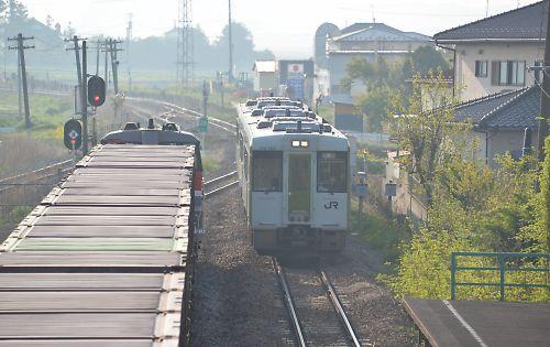 石巻線の直通快速と貨物列車(前谷地)