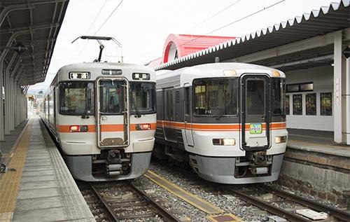 313系1700番台と特急伊那路373系(飯田駅)